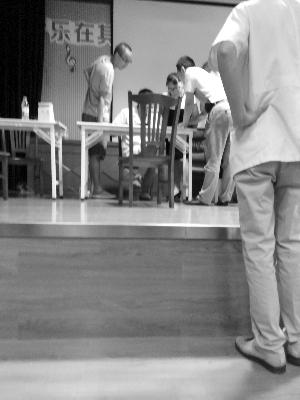 在外冈镇社区文化服务中心,台上正在进行体检登记
